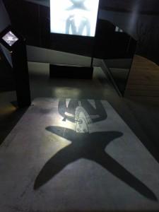 Tegnefilmen som er projisert på en skjerm og på gulvet, tar mye av oppmerksomheten i den samiske delen av utstillingen.